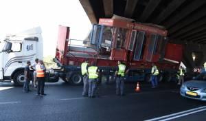 משאית נתקעה בגשר וגרמה לעומסים • צפו