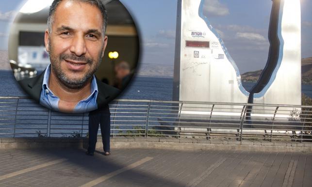 רון קובי על רקע הטיילת בטבריה