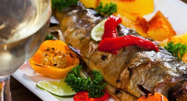 דג פורל אפוי על בטטות ופלפלים