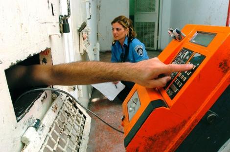 טלפון ציבורי בכלא