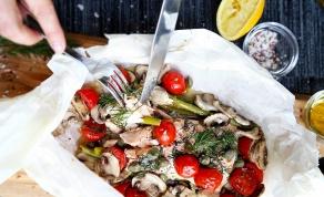 סלמון א פפיוט - אפוי עם עגבניות ופטריות - ארוחה לשניים: סלמון עטוף בהמון תוספות טעימות