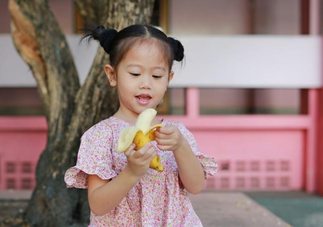 למה היפנים אוכלים בננה עם הקליפה?