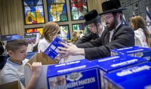 מתנדבים. ארכיון - ערב יום הכיפורים: החרדים והדתיים מתנדבים יותר - לבד