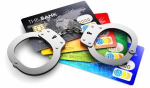 פרץ לדירות, גנב כרטיסי אשראי וקנה בהם