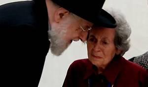 הרב לאו חיזק את ניצולת השואה הדומעת