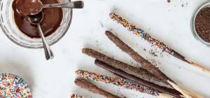 מקלות מלוחים מצופים שוקולד וסוכריות