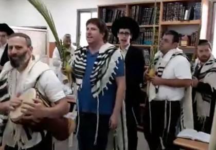 """שירה וריקודים ב'הלל' בביהכ""""נ קרליבך. צפו"""