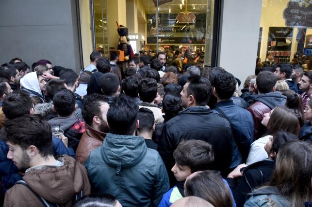 טירוף הקניות בבלאק פריידי, בכניסה לחנות.