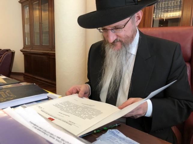 הרב לאזאר עם אגרת הברכה