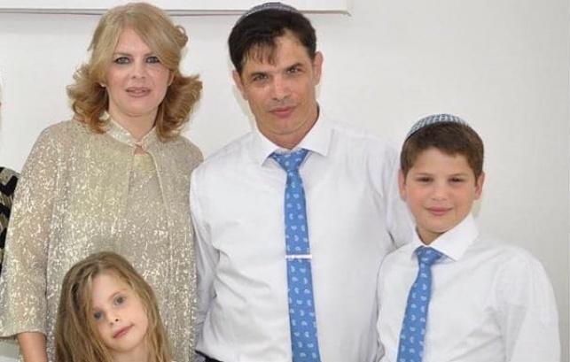 יאנה, בעלה קובי כנפו וחלק מילדיהם