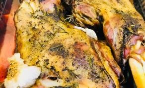 שוקי טלה עסיסיים ופריכים צלויים בתנור
