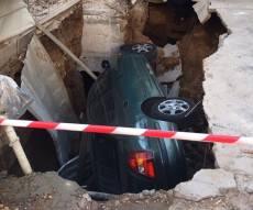 """זירת התאונה - רכב נפל אל בולען שנפער בחצר בית בת""""א"""