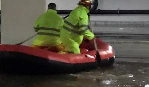 לוחמי האש מחלצים אנשים מחניון באשקלון, אמש