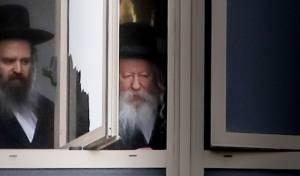 """האדמו""""ר מגור, בחלון בית המדרש"""