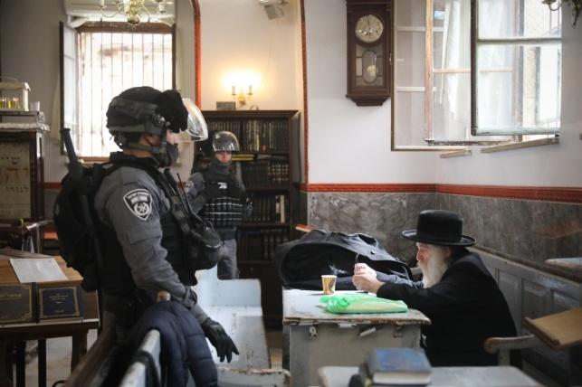 הקשיש שקיבל מכות, לומד השבוע בבית כנסת מול שוטרים חמושים