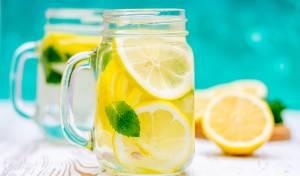 האם שתיית מים עם לימון אכן עוזרת לירידה במשקל?