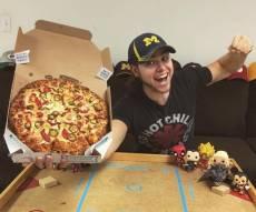 בראיין לצד אחד ממגשי הפיצה, רגעים לפני אכילתו - צעיר זלל אלפי פיצות: האימונים מאזנים הכל