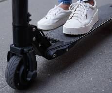 זירת התאונה בשדרות רוטשילד - צעירה החליקה מקורקינט חשמלי ונפצעה