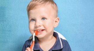 איך תצליחו לגרום לילד לצחצח שיניים? הנה 5 טריקים