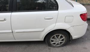 ניקב צמיגי מכוניות רבות בחפץ חד ונעצר