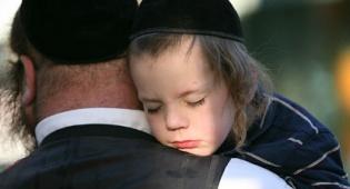 אילוסטרציה. למצולמים אין קשר לנאמר - כשאבא ואמא רבים אני בוכה