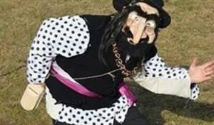 בהזמנה לפסטיבל מקומי, דמות יהודי עם כל הסטריאוטיפים האנטישמיים