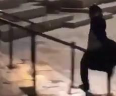 צפו: כך ערבים תקפו בחור חסידי בשער שכם
