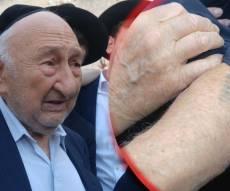 ניצול השואה ריגש עם סיפורו בכותל • צפו