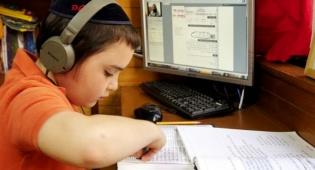 משה, יפן. תלמיד 'בית ספר נט' - מה עושים ילדים חרדים באינטרנט? לומדים