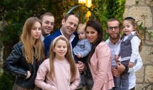 """האב חיים ז""""ל עם משפחתו. משמאל, הנערה נעמה, שנפצעה"""