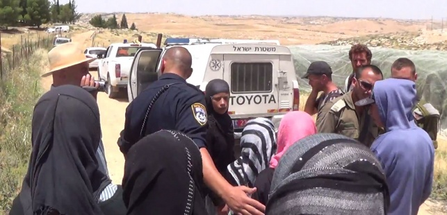 השוטרים עוצרים את הילדות הפלסטיניות