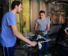 יהודים מוציאים ספר תורה מבית כנסת שהוצת
