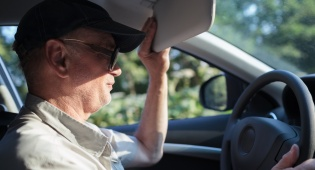 הנהג סונוור מהשמש ופגע בהולך הרגל. אילוסטרציה - הנהג סונוור מהשמש - בוחן התנועה התעלם