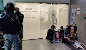 """מחאה במשרדי מח""""ש על מות אהוביה סנדק"""
