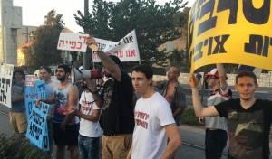 עשרות חילונים הפגינו מול עשרות חרדים