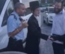 הילד החרדי - והשוטרים - חתן בר מצווה נתקע במצעד ונעזר בשוטרים