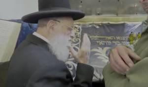 """צפו: 'חבר המועצת' בתפילה בציון הרשב""""י"""