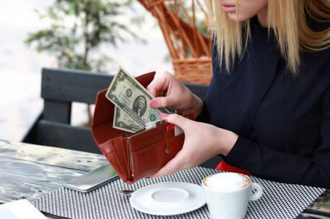 במזומן אנחנו מרגישים יותר את חוויית הרכישה וההנאה גוברת - מחקר: אנשים שמשלמים בכסף מזומן נהנים יותר