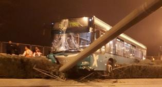 האוטובוס והעמוד, אמש - אוטובוס פגע בעמוד חשמל של הרכבת