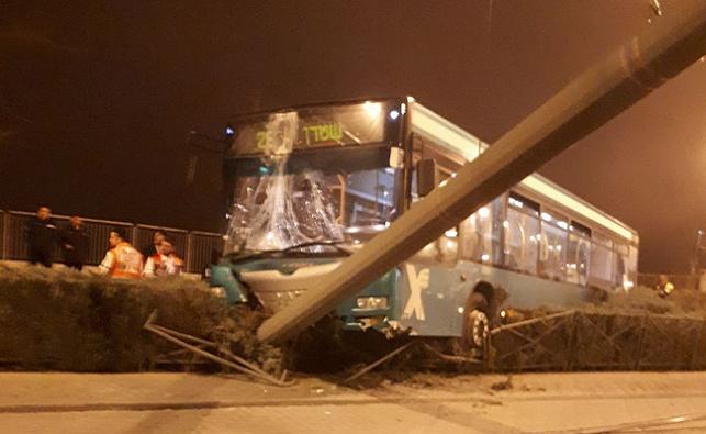 האוטובוס והעמוד, אמש