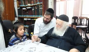 שר התורה מעודד ומנחם את אחד מיתומי הרבנית טולדנו