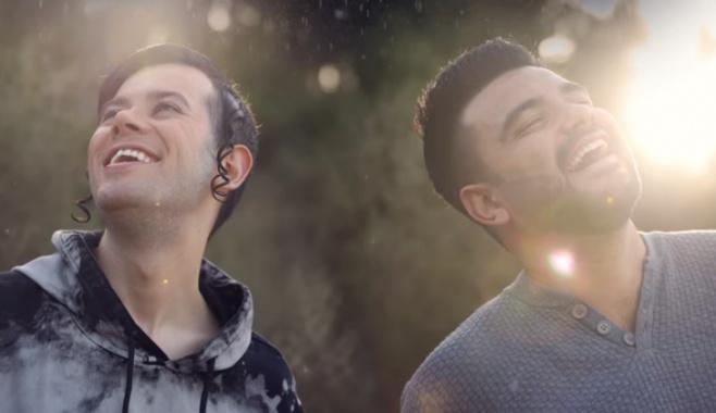 צמד הפופ מחדש את הלהיט 'גשם של אור'
