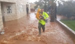 צפו: אם ובנה חולצו מביתם שהוצף במים