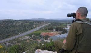 חייל במילואים סוקר את השטח הסמוך לכפר עזון - ישראל תממן לפלסטינים קאנטרי ומגרש כדורגל