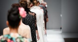צפו: תצוגת אופנה לצלילי 'אנחנו מאמינים'