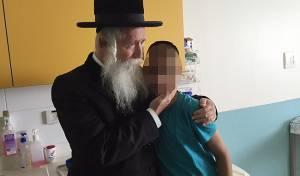 """הרב גרוסמן עם הילד - הנער הסכים לכימו: """"הרב גרוסמן - רב וחבר"""""""
