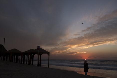 חוף הים ביפו בשקיעה - התחזית: מעונן חלקית; ירידה בטמפרטורות