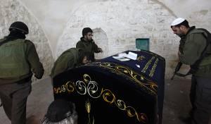 ארכיון, חיילים בקבר יוסף