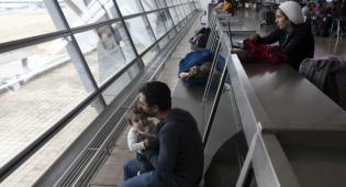 נוסעים ממתינים בשדה התעופה בעת השביתה. אילוסטרציה - כך 'אל על' ממסמסת את הפיצוי לטסים בה