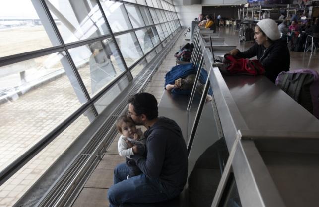 נוסעים ממתינים בשדה התעופה בעת השביתה. אילוסטרציה